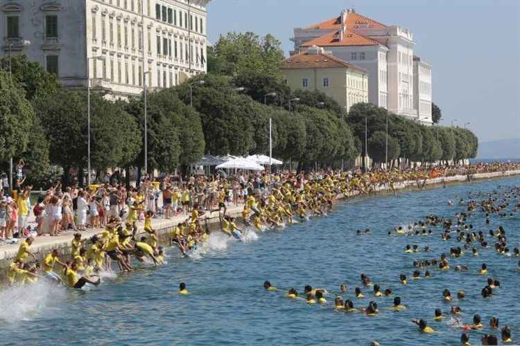 ddadd24ac4 Zadari őrület: 2380-an ugrottak egyszerre a tengerbe